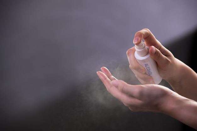 消毒衛生とcovid-19およびその他の病気からの保護のためにアルコール手指消毒剤を噴霧する手