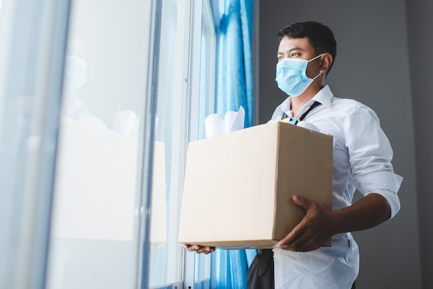 ウイルス危機で失業者となったアジア人男性covid-19と絶望的な経済危機のストレス。