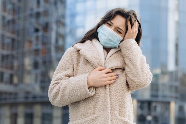 Девушки носили медицинские защитные маски на открытом воздухе. профилактика здоровья во время вспышки вируса гриппа, коронавируса covid-19, эпидемических и инфекционных заболеваний в городе