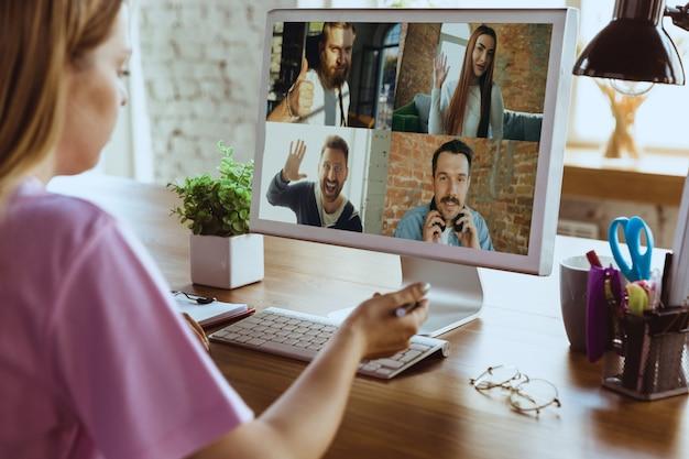 Дистанционная встреча. женщина работая от дома во время карантина коронавируса или covid-19, концепции удаленного офиса.