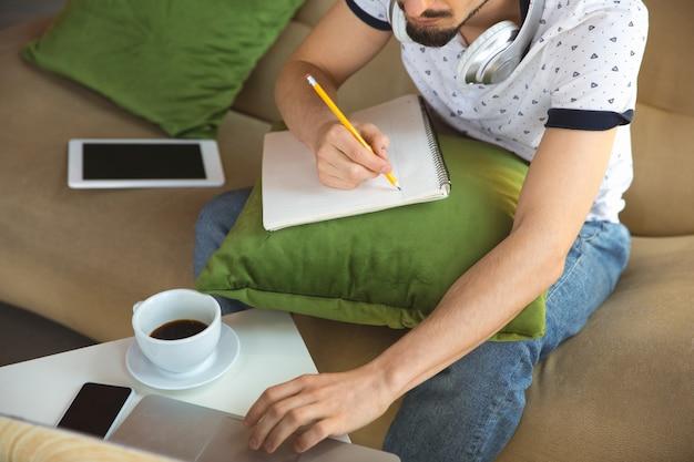 コロナウイルスまたはcovid-19検疫、リモートオフィスのコンセプトの間に自宅で作業する人