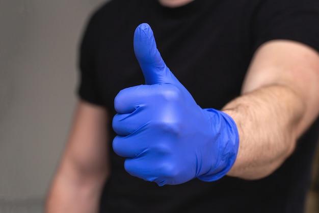 コロナウイルス対策用の青いラテックス手袋をかぶった人、covid-19自己隔離または自宅での検疫医師と看護師