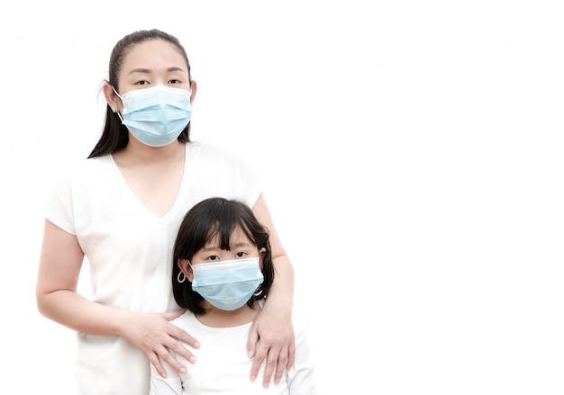 細菌、有毒ガス、ほこりを防ぐためにマスクを身に着けている若いアジア人女性と家族の画像。細菌感染の防止コロナウイルスまたはcovid 19