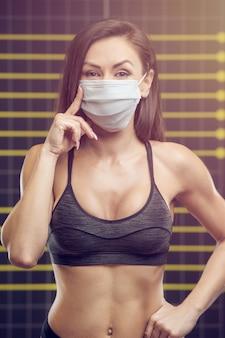 Фитнес женщина с коронавирусной болезнью covid-19