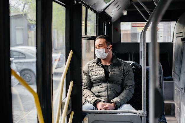 仮面の若者は、パンデミックの最中に一人で公共交通機関を利用しています。保護と防止のcovid 19。