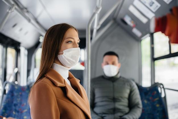 コロナウイルスのパンデミックの最中に公共交通機関を利用する乗客は、互いに距離を置いています。保護と防止のcovid 19。