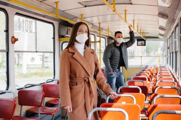 コロナウイルスのパンデミックの最中に公共交通機関を利用する乗客は、お互いの距離を保っています。保護と防止のcovid 19。