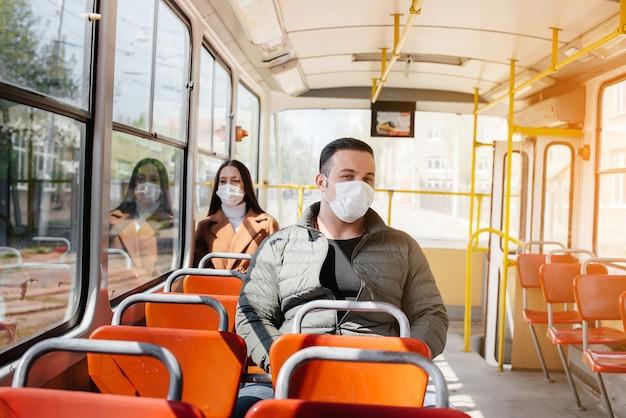 コロナウイルスのパンデミックの最中に公共交通機関を利用する乗客は、お互いの距離を保っています。保護と予防covid-19。