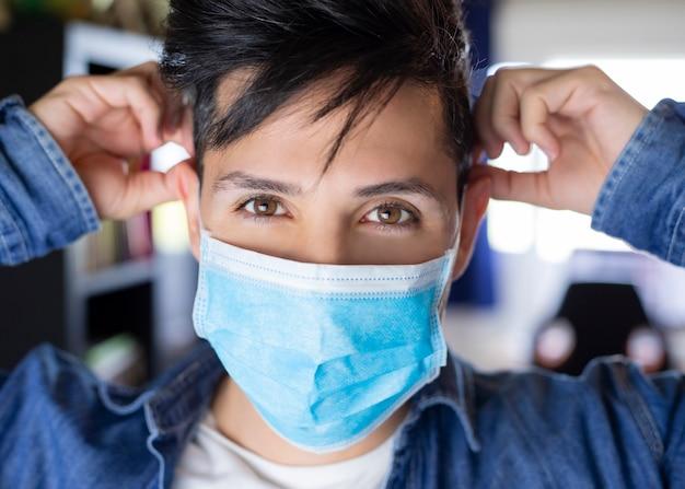 Уверенный хирург человек с медицинской маской на лице. профессиональный врач с защитной маской. коронавирус covid-19. больница