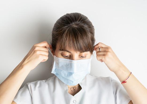 Доктор борется и устал после долгого дня на работе в больнице из-за коронавируса covid-19