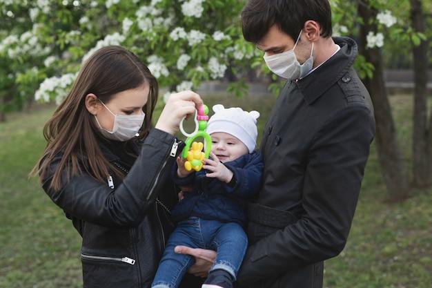 Семья носить защитную медицинскую маску для предотвращения вируса covid-19