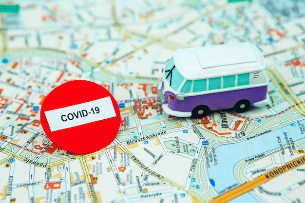 コロナウイルスのため旅行をやめてください。 covid-19の流行により、世界中の観光が止まりました。空港とバス停の閉鎖。地図上のパスポートと一時停止の標識。