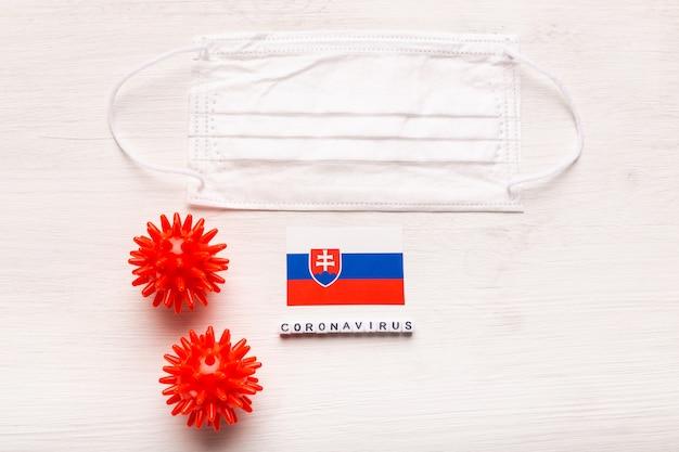 コロナウイルスcovid-19コンセプト。トップビュー保護呼吸マスクとスロバキアの旗。新しい中国のコロナウイルスの発生。