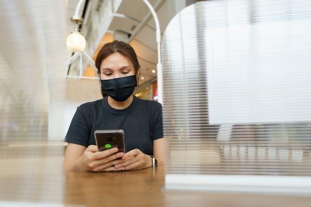 新しい通常のアジアの美しさcovid 19ウイルスやコロナウイルスを防ぐためにマスクを着用してください。