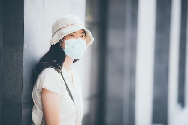 ウイルスcovid-19の拡散を防ぐためにマスクと会うビジネス人々