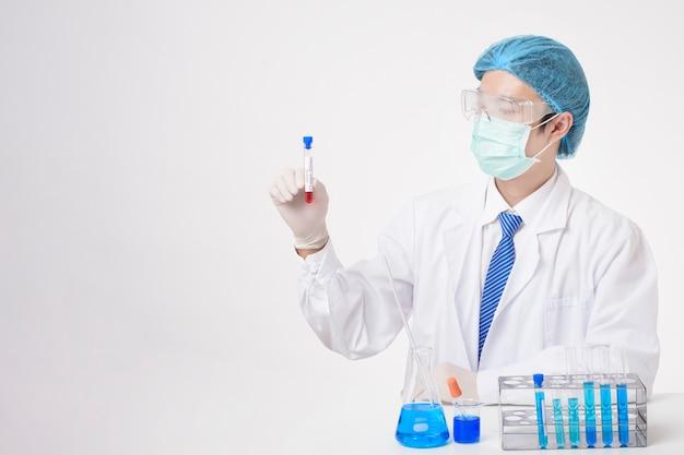 医師は白い背景の感染したcovid-19血液検査を保持しています。