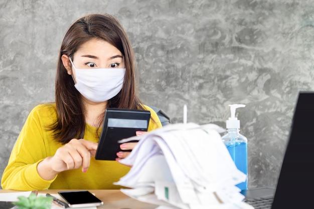 Азиатская женщина шокирована количеством долгов во время пандемии covid-19