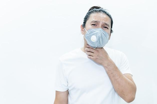 Азиатский мужчина в хирургической маске для предотвращения распространения микробов, таких как коронавирус или covid-19