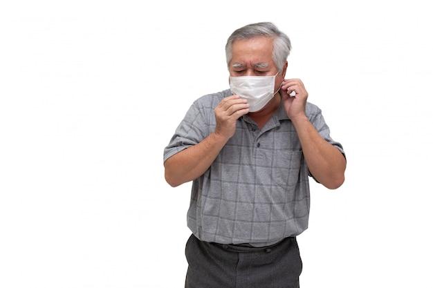 Азиатский старший человек, носящий защитную маску для чумы коронавируса или covid-19 инфекционной болезни. гигиеническая маска для лица для защиты окружающей среды или распространения вируса