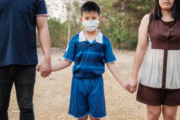 Семья, заботящаяся о вирусе, covid-19
