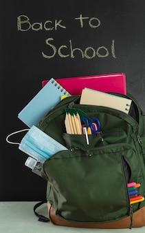 学校に戻る準備ができているバックパック。 covid-19のコンセプト。