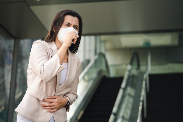 ウイルスを保護するためにフェイスマスクを身に着けているアジアの女性。 covid-19コロナウイルスのコンセプト。