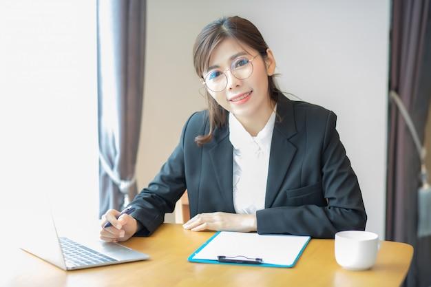 美しいアジアの女性、冠状動脈ウイルスやcovid-19ウイルスの影響により、仕事の後自宅に座っているタイ人女性。