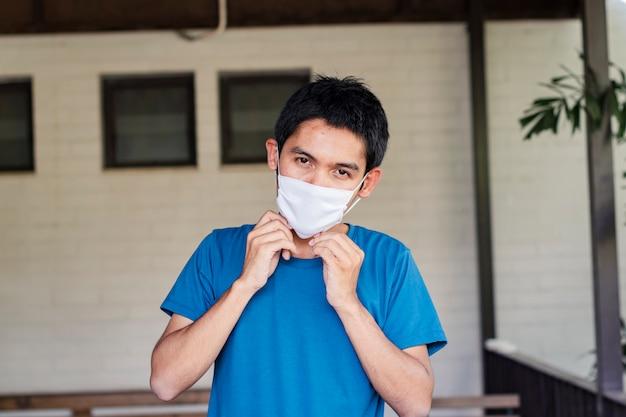 Covid 19男はコロナウイルスから身を守るためにマスクを着用します。