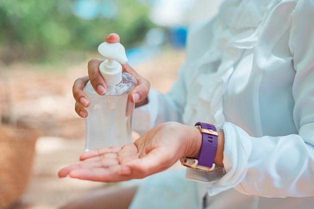 消毒ジェルを使用した手の拡大図。流行時の予防策。 covid-19またはコロナウイルス