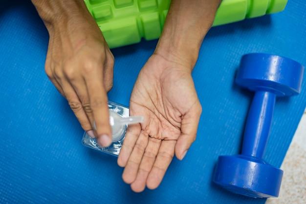 消毒ジェル、アルコールジェルを使用して手を消毒する手の拡大図。流行時の予防策。 covid-19またはコロナウイルス