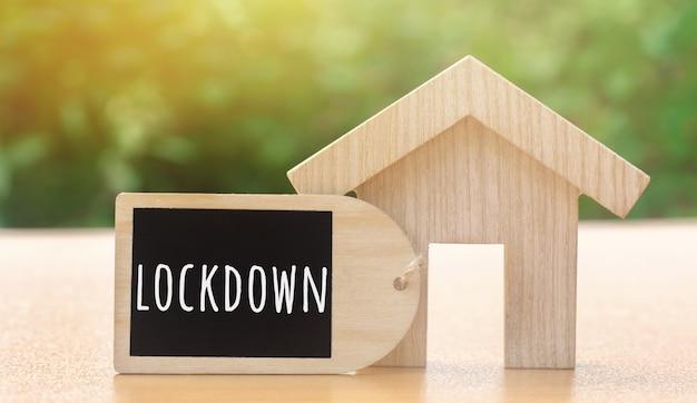 木造住宅と碑文ロックダウン。コロナウイルスのパンデミック感染covid-19。隔離