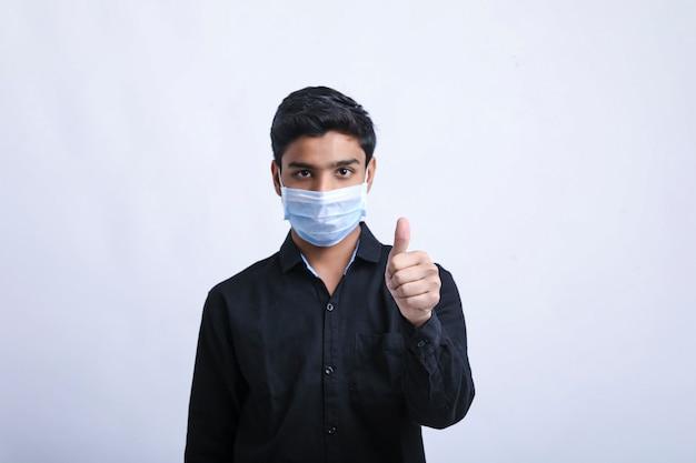 もう一度防護マスクを身に着けている若い男covid-19。コロナウイルス。