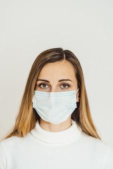 検疫のcovid-19危機中の心配の女性
