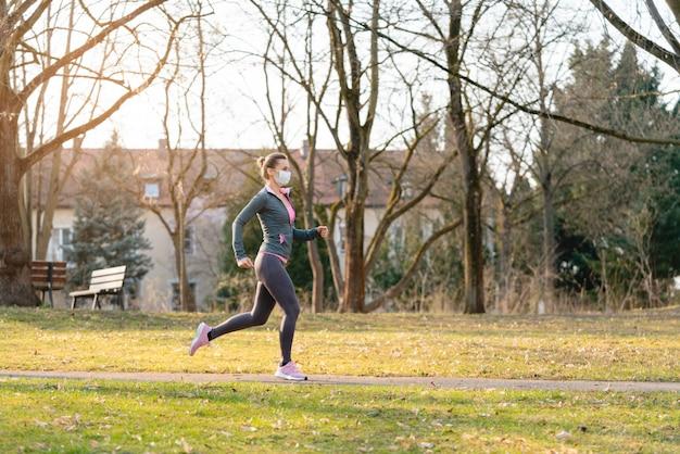 女性は走ることによってcovid-19危機の間に彼女のフィットネスを維持したいです