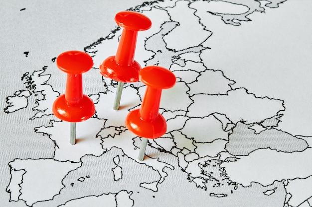 フランス、イタリア、ドイツの赤い画鋲がヨーロッパの地図。 covid-19の流行はどこにありますか。ウイルスの拡散の概念。