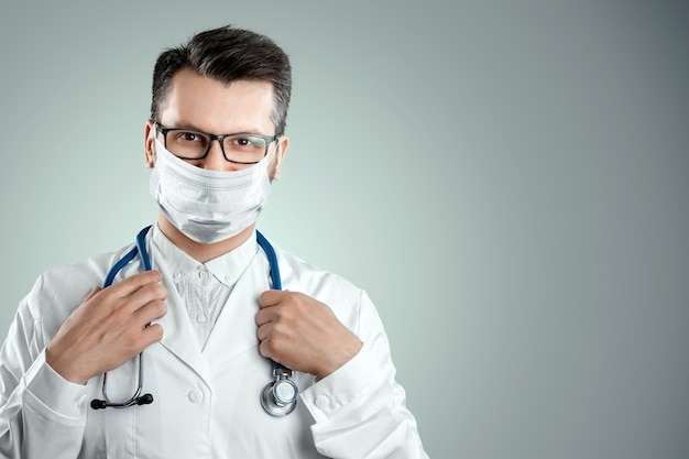 光の壁に医療マスクの医師。家を離れることの禁止、自己隔離、検疫、予防策、距離、covid-19。