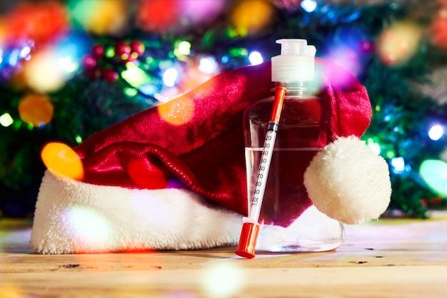코비드와 크리스마스 휴일 소독제 손 소독제 병 주사기 및 의약품