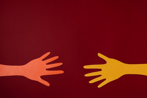 Concetto di covid con le mani e lo sfondo rosso