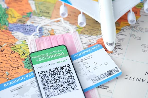 코로나바이러스 동안 스마트폰 화면 여행 및 여행에 대한 코비드 면역 증명서