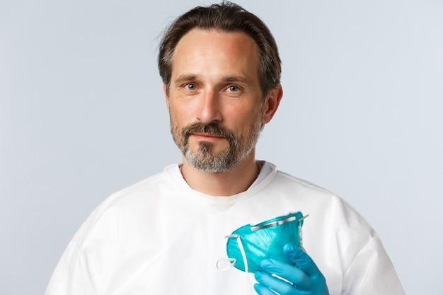 Covid профилактика вирусов концепция здравоохранения и вакцинации улыбающийся доктор взлет медицинский респиратор ...