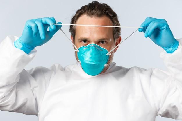 Медицинские работники по профилактике вируса covid и концепция вакцинации серьезного профессионала делают ...