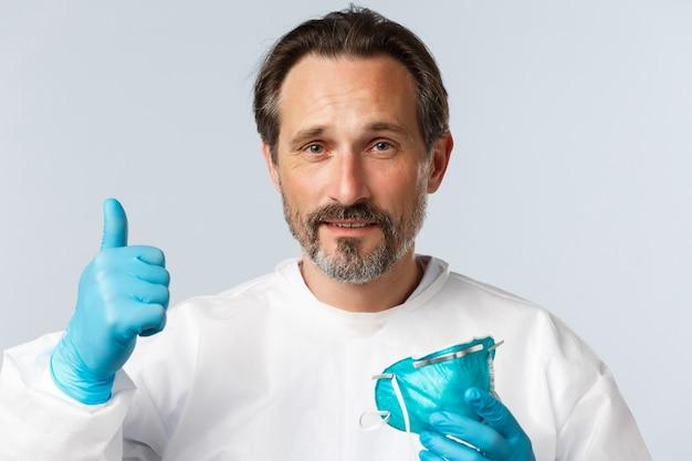 Медицинские работники по профилактике вируса covid и концепция вакцинации врач-мужчина среднего возраста в личном ...