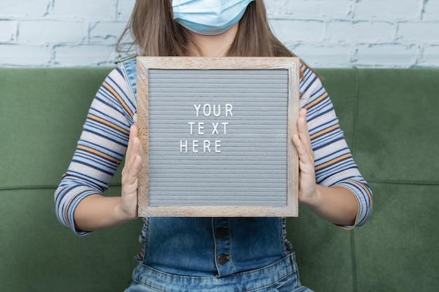 Poster e citazioni relative a covid per i manifestanti della pandemia.