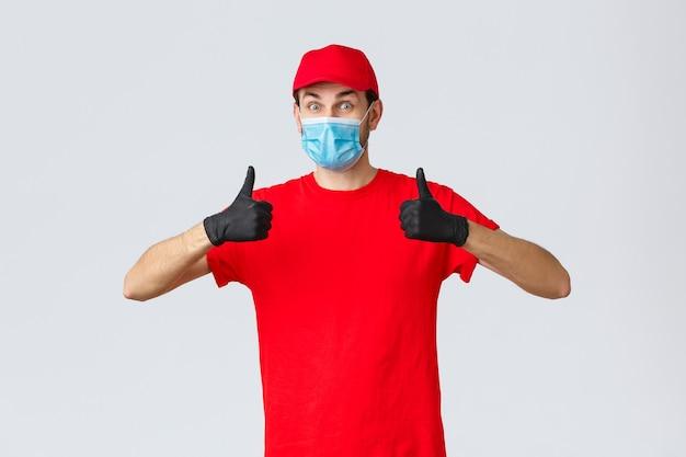 赤いユニフォームのグロで熱狂的で幸せな宅配便のcovid自己検疫ショッピングと配送のコンセプト...