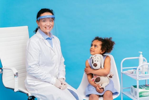 クリニックでのcovid19コロナウイルスワクチン接種キャンペーンワクチン接種ポイントでのコロナウイルスの発生を防ぐために医師や看護師からワクチン接種を受けている人々