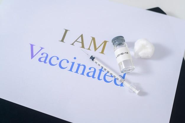 Covid19 코로나 바이러스 백신 병 및 텍스트 배경으로 covid-19 예방 접종을위한 주사기 주입 도구, 예방 접종을 받았습니다.