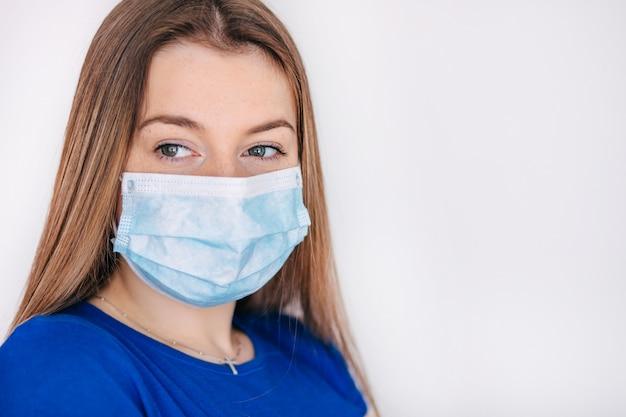 Женщина-врач носит медицинскую маску для защиты от микробов, бактерий, covid19, короны, sars, вируса гриппа. столкнуться с надеждой hopeful.