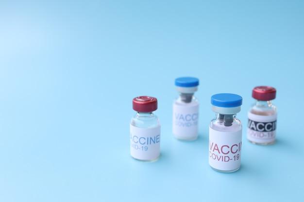 青い背景に対するcovid19ワクチン