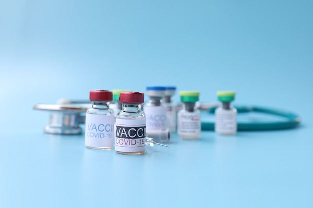 Вакцины covid19 на синем фоне