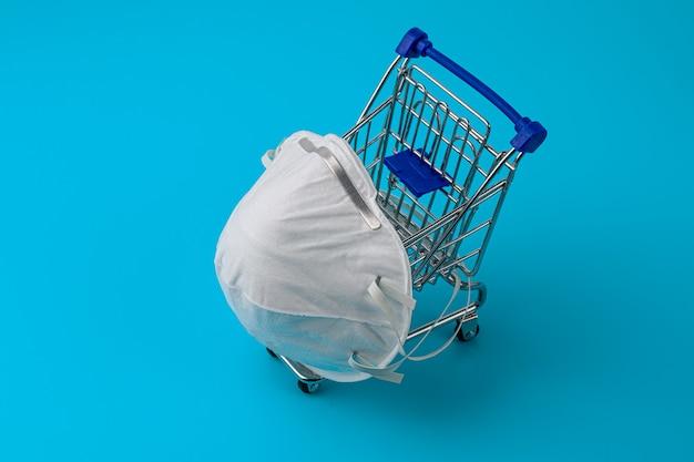 医療用マスクの分離。ウイルス、インフルエンザ、コロナウイルスに対する気道の保護。 covid19。ショッピングの概念、青い背景。